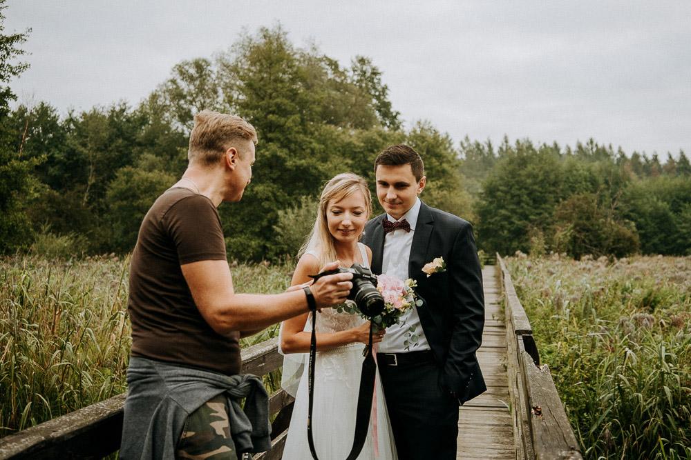 Jak fotograf powinien ubierać się na sesję w plenerze